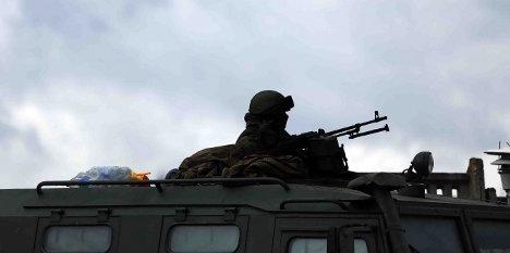 Un soldado sin identificación lleva a cabo tareas de vigilancia en Crimea / Getty