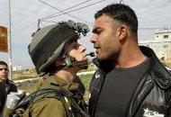 Un soldado israelí (derecha) confronta a un palestino. Los firmantes de la carta a Netanyahu dicen estar hastiados de una guerra injusta contra los palestinos.
