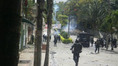 Tanquetas fueron ubicadas en la entrada principal de la Universidad del Tolima para impedir la movilización pacífica de los estudiantes. Foto Nelosi