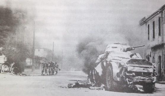 I segni della battaglia alla Montagnola. Soldati italiani catturati dai tedeschi; in primo piano il cadavere di un soldato