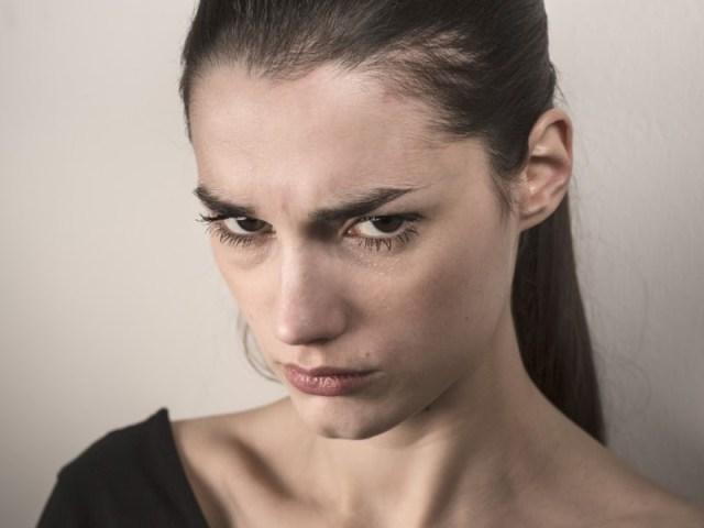 nah ini nih yang paling sering terlihat jelas, yaitu suka marah-marah. memang sih datang bulan memang selalu dikaitkan dengan hal marah-marah. hal ini bisa saja diakbatkan karena hormon yang berubah di tubuh perempuan. gambar via: www.orangdalam.com