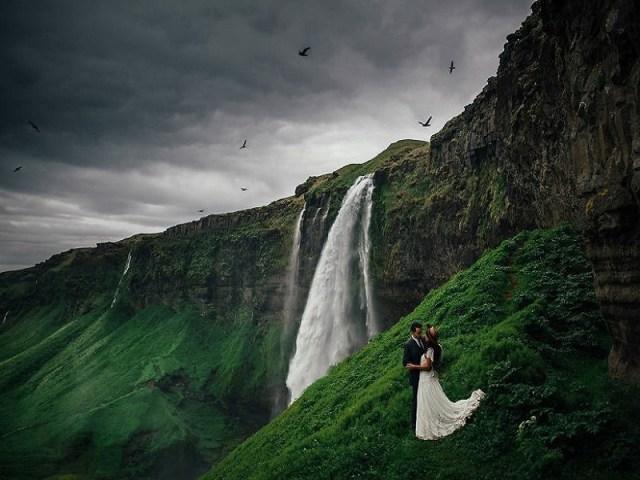 Seljalandsfoss, Islandia, merupakan sebuah kawasan yang terdapat sebuah air terjun indah dan juga gua kecil. Kamu bisa menjadikan kawasan ini untuk tempat foto pre-weddingmu dan pasangan. gambar via: boredpanda.com