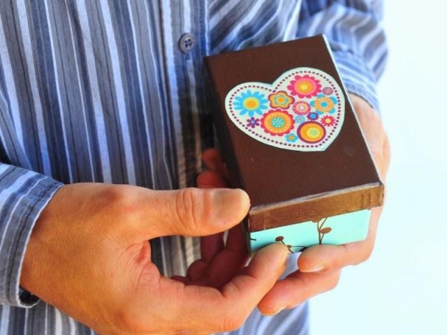 jarang memberikan kejutan bukan berarti pasanganmu tidak sayang padamu lho. jadi jangan sampai hal tersebut membuat hubungan kalian menjadi rusak. gambar via: www.pizna.com