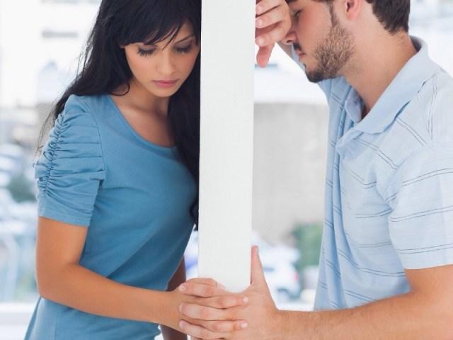 kurang komunikasi antara kamu dan juga pasangan, bisa menjadi salah satu penyebab rusaknya hubungan kamu dan pasangan. apalagi kamu dan pasangan juga jarang bertemu atau bertatap muka. gambar via: ributrukun.com