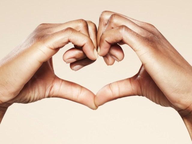 jarang mengungkapkan perasaan sayang pada pasangan juga bisa merusak hubunganmu lho. maka dari itu, tunjukkanlah bahwa kamu dan pasangan itu saling menyayangi, walaupun dengan cara kalian masing-masing. gambar via: www.hipwee.com