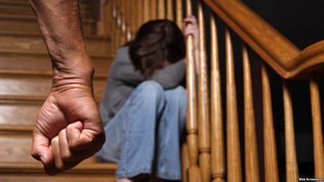 Dia mengurungmu di rumahnya, selalu melarangmu bertemu dengan orang-orang dekat seperti sahabat bahkan keluarga. Gambar via: www.voaindonesia.com