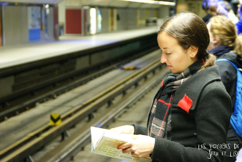 blog pvt canada montreal couple voyage portrait metro carre rouge femme