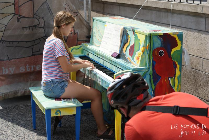 blog voyage piano street toronto girl cute play me i m yours pvt canada ontario Rowan Morrissy travel art musique main hand pianiste pianist