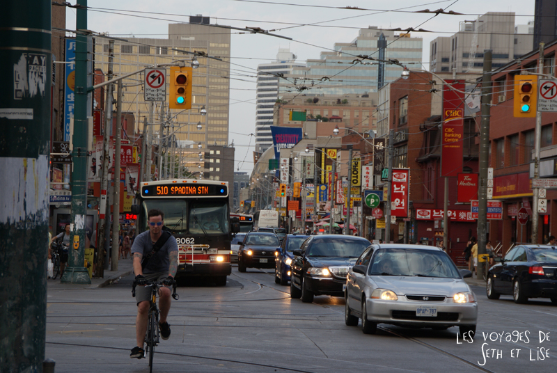 blog pvt whv canada toronto travel voyage kensigton chinatown couple perspective rue street