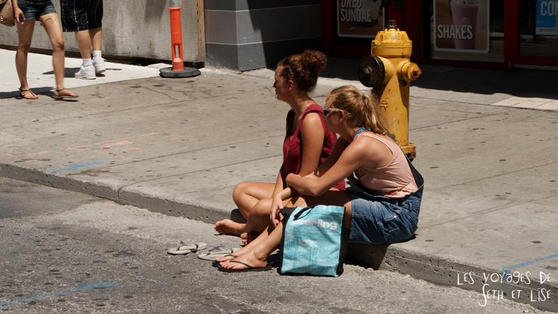 blog pvt canada toronto couple voyage tour du monde portrait seth lise spectacle younge street borne incendie