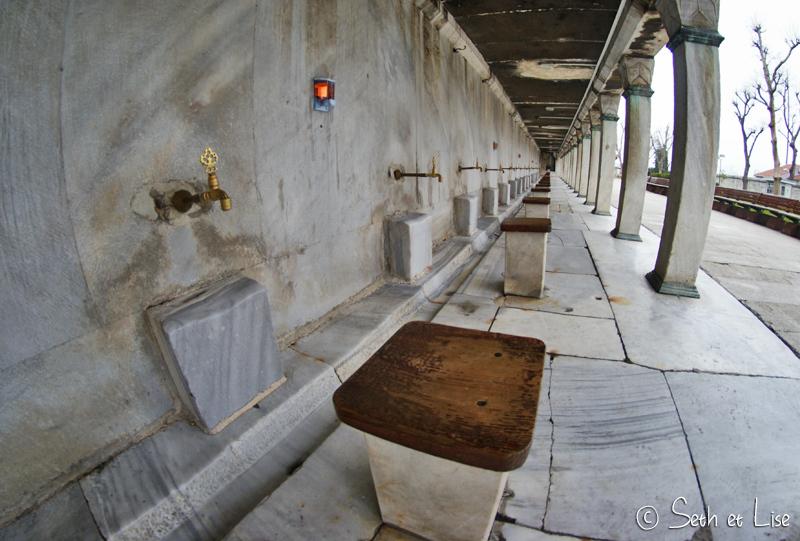 L'eau du robinet n'est pas potable ici, c'est pas le moment de remplir la gourde, surtout que ça serait certainement mal vu.