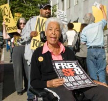 Kiilu Nyasha rallying for the San Francisco 8 outside the courthouse on June 18, 2007. – Photo: Scott Braley