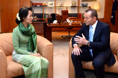 Australian Prime Minister Tony Abbott, right, meets with Myanmar opposition leader Aung San Suu Kyi in Canberra, Thursday, Nov. 28, 2013. (Photo: AAP)
