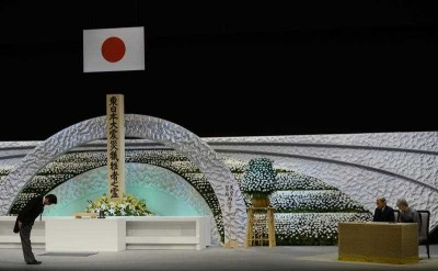 Japanese Prime Minister Shinzo Abe bows to Emperor Akihito and Empress Michiko in front of the altar for the victims of the 11 March 2011 earthquake and tsunami at the national memorial service in Tokyo, Japan, 11 March 2014. (Photo: AAP).
