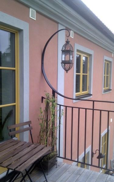Balkongräcke i smide med handsmidda lykthållare i diskret Art Nouveaustil till en villa utanför Uppsala. Design: Silas Engström och Max Persson