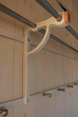 läckert designad hatthylla som även fungerar som stödben till utfällbar säng