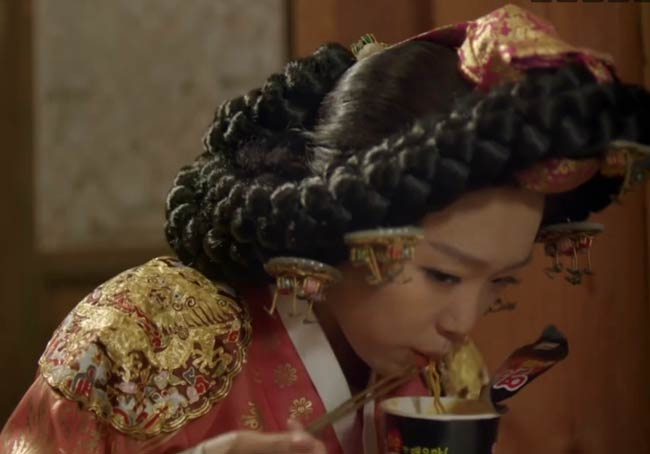 Queen Sohun tasting food of the future; Splash Splash Love