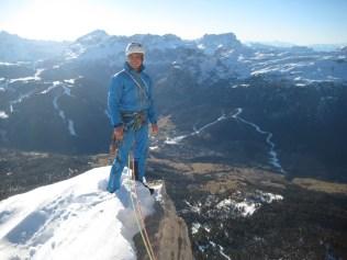 Simon Gietl am Gipfel des Heiligkreuzkofel - Route Wüstenblume