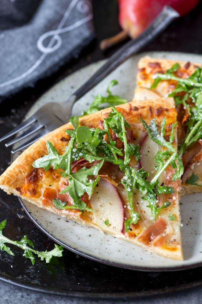 pear and prosciutto pizza featured