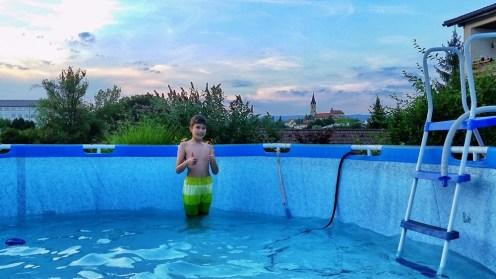 Naj pride dež, bazen je postavljen ...