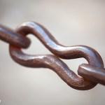 Fotografía minimalista: la cadena que protege el entorno de la Catedral de Sevilla
