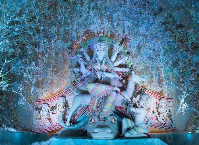 Escultura de la diosa Durga dentro de un Pandal