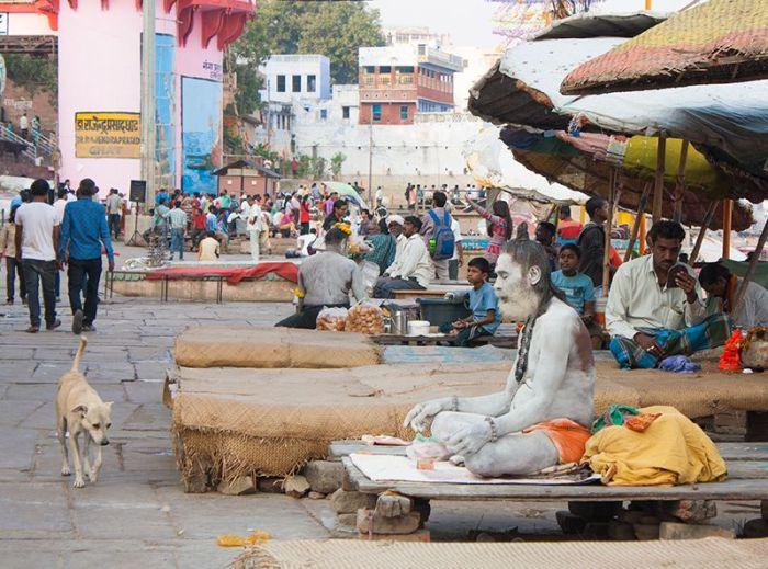 Un sadhu meditando en uno de los Ghats