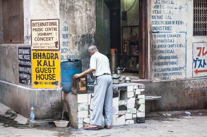 Hombre en su negocio de Varanasi