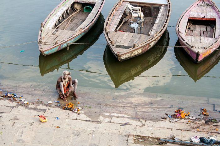 Lavándose los pies en el río sagrado
