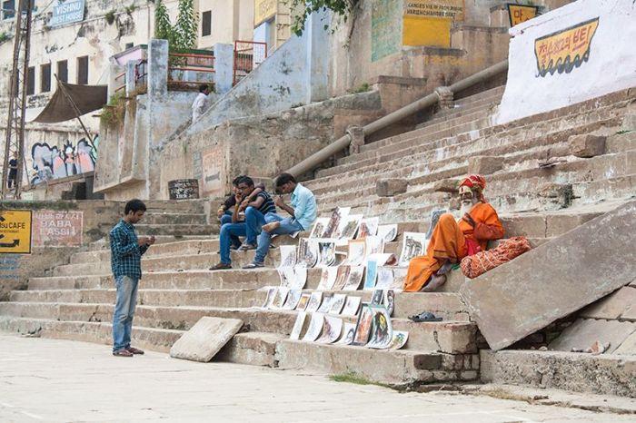 Hombre-santo vendiendo sus cuadros en las escalinatas