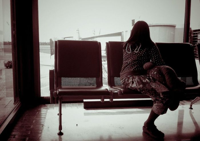 mujer-esperando-terminal