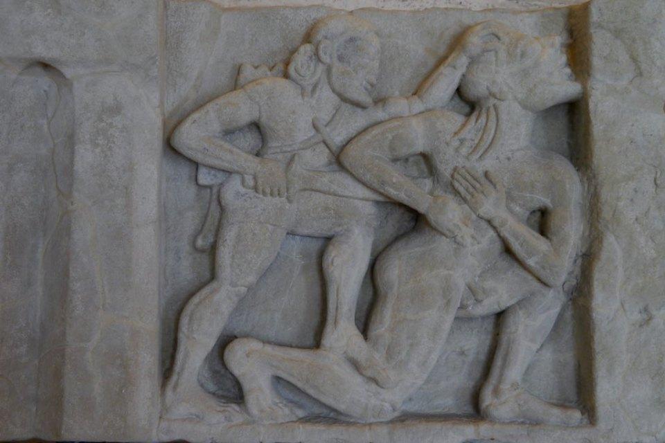 Relief mit Herkules, der einen Giganten tötet im orientalischen Stil. Von einem Hera Tempel von Paestum