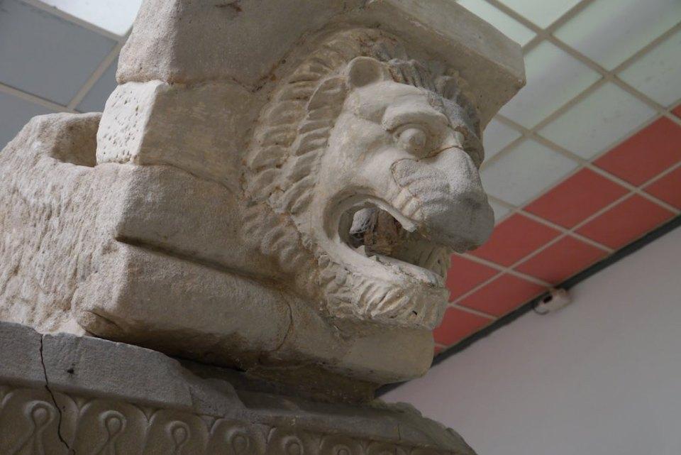 Das Fragment eines Löwenkopfes, der als Wasserspeier an einem Hera Tempel von Paestum diente