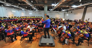 Ron Alvarez conducts Sistema children from Greenland and Venezuela in Caracas