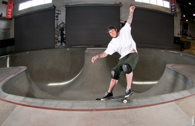 O skater Jeff Grosso testa o novo coping....