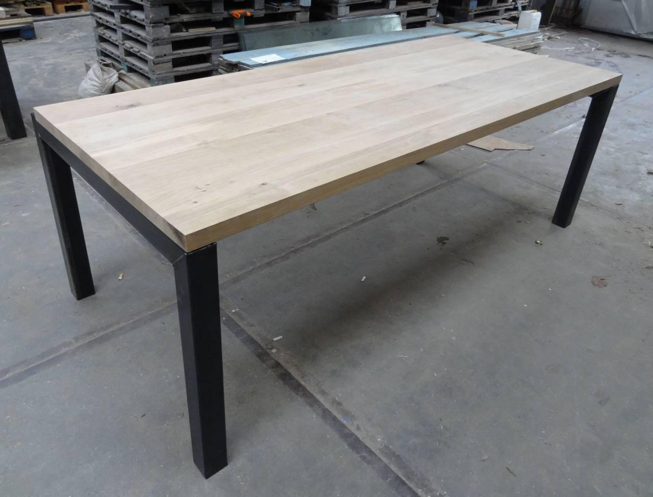 Eiken tafel verven met krijtverf: eiken tafel schuren en lakken