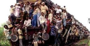 overloaded_train_hanging_india1