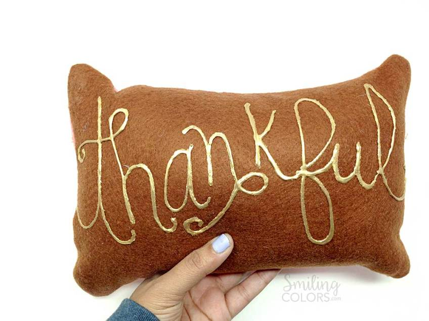 hand lettering on felt thankful pillow