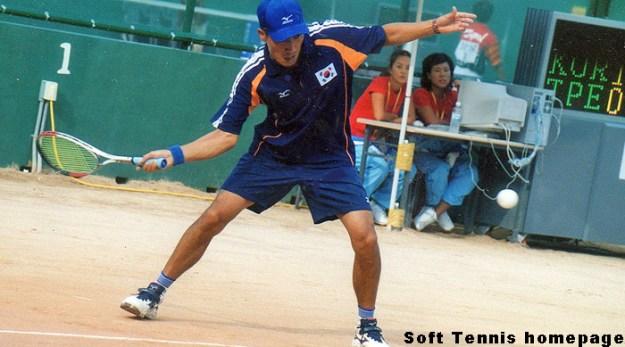初代チャンピオンのキムキョンハン。キョンハンは199年の世界選手権のチャンピオン。究極の個人タイトルを2つとも押さえたことになる。1999世界選手権は台湾ボール、2002年アジア五輪は韓国ボールと対極のボール、しかもハードとクレー、旧ルール史上最強のチャンピオンといえるだろう。