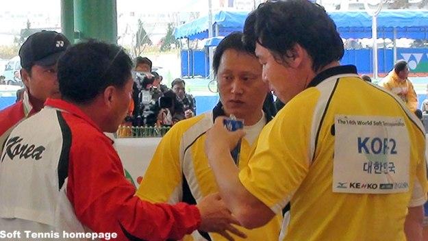 2011世界選手権決勝でのチョソンジェ(真ん中)。左がキムジョンテ監督。右がキムジョンウン。チョは開催国ワイルドカードで個人戦のみのエントリーだったが、エースイウンハクの怪我で繰り上がりで団体戦メンバーに。見事なテニスとあふれる闘志で代役をつとめ、韓国男子に20年振りの世界一をもたらした。