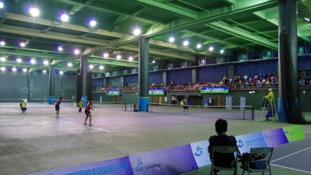 彰化師範大学のテニス専用体育館。日本勢の対戦となったミックスダブルス準決勝(小林奈央・中本圭哉vs.上原絵里・岩崎圭)がはじまるところ。