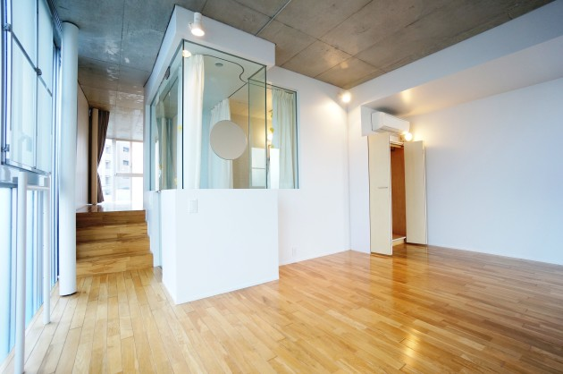 S.N HOUSE109号室ベッドルームとガラス張りバスルーム|SOHO東京