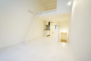 神楽坂、天井高5メートルのメゾネット。ロフト部分をどう生かすか。