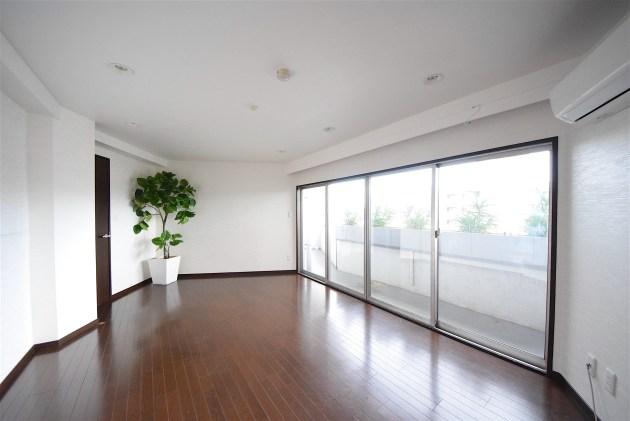 megurohighhome-1401-livingroom-01-sohotokyo