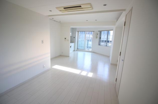 麻布台。高層マンションの一室で空間を分けて働く。