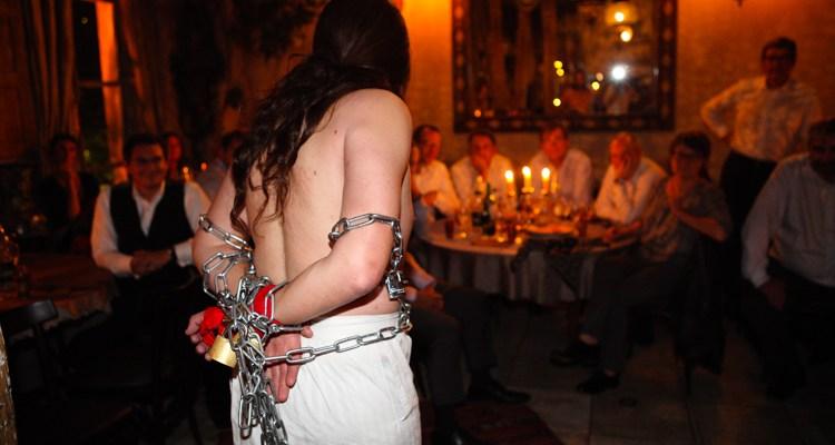 Le fakir prisonnier de ses chaines plus pour longtemps.