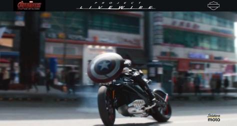 Capitaine América, interprété par Chris Evans dans le film Avengers Initiative, roule sur un prototype de moto électrique Live Wire de Harley-Davidson