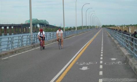 Tablier de l'estacade du pont Champlain où la voie est déjà prête pour que les véhicules circulent sans danger pour les cyclistes (photo de StéphaneLaporte.com)