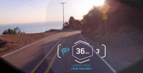 Vue de la route en mode chrono (timelapse) de l'intérieur du casque HUD de BMW Mororrad
