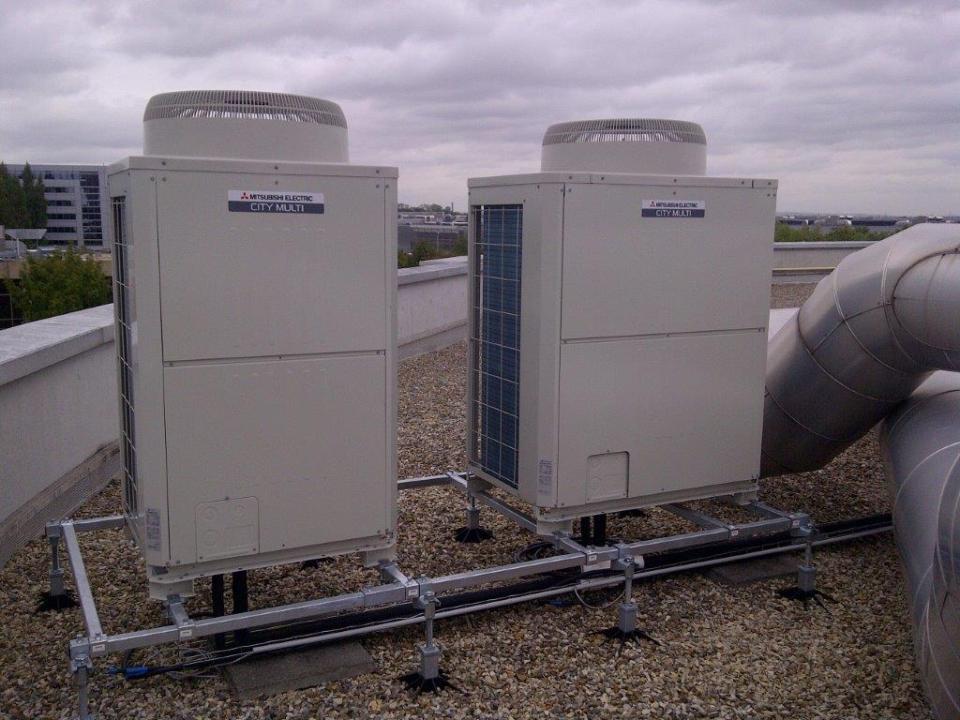 Groupe de climatisation exterieurs raccordées a des centrales d'air pour un laboratoire industriel